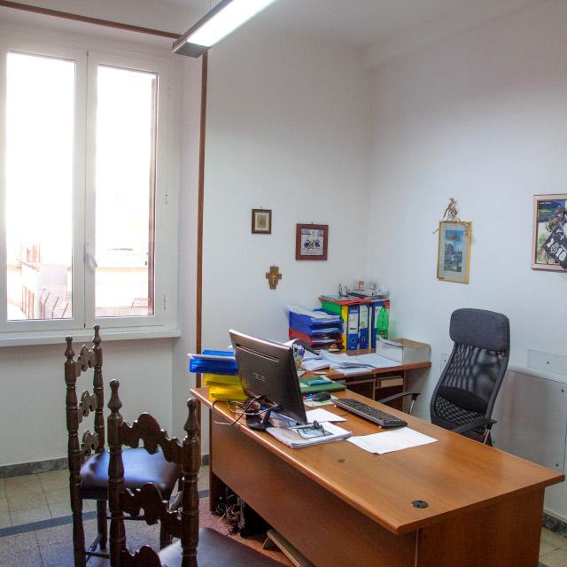 chi-siamo-scrivania-marrone-e-monitor-pc-studio-verchiani